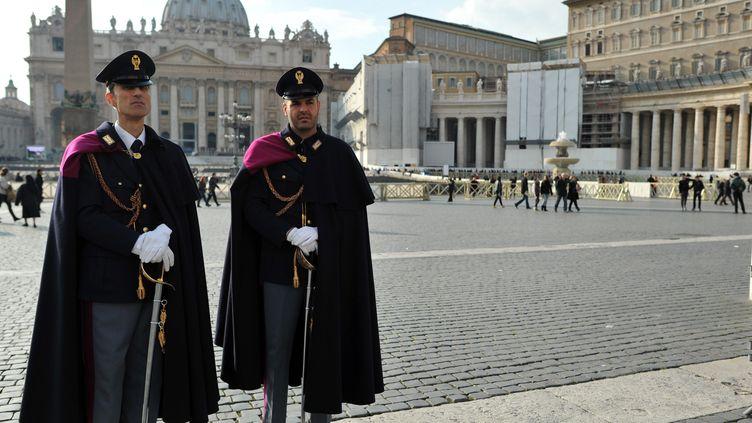 Deux carabiniers italiens au Vatican, le 26 février 2013. (MAXPPP)