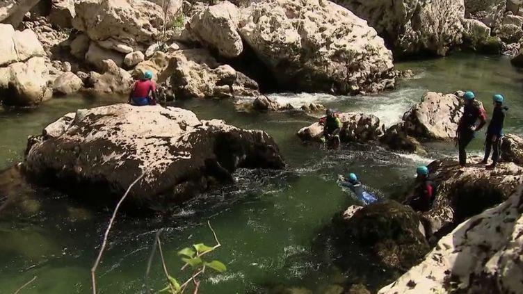 Dans les Gorges du Tarn, il est possible de profiter d'une randonnée aquatique. (CAPTURE ECRAN FRANCE 2)