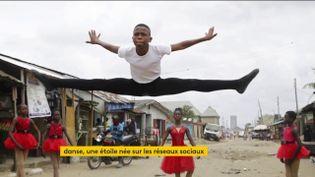 La vidéo d'un jeune danseur nigérian, postée sur les réseaux sociaux, a fait le tour du monde jusqu'à intéresser une des plus prestigieuses écoles de ballet au monde. (FRANCEINFO)