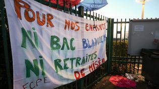 Une banderole contre la réforme du baccalauréat, au lycée Jean Macé, à Vitry-sur-Seine, le 6 février 2020. (MICHEL STOUPAK / NURPHOTO / AFP)