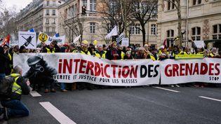 Des manifestants réclament l'interdiction du recours aux grenades par les forces de l'ordre, lors d'un rassemblement à Paris, le 2 février 2019. (MARIE MAGNIN / HANS LUCAS)