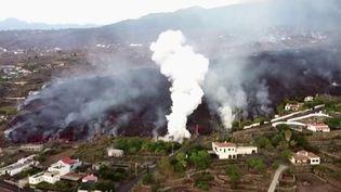 De nouvelles évacuations ont eu lieu dans la nuit du lundi 20 au mardi 21 septembre sur l'île de La Palma, aux Canaries (Espagne). Après l'apparition d'une autre coulée de lave, 6 000 personnes ont été mises l'abri depuis le début de l'éruption du volcan, dimanche 19 septembre. (Capture d'écran / France 2)
