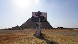L'installation de JR devant la pyramide de Khéops au Caire (Egypte), le 21 octobre 2021. (MARTIN ROUX / RADIO FRANCE)