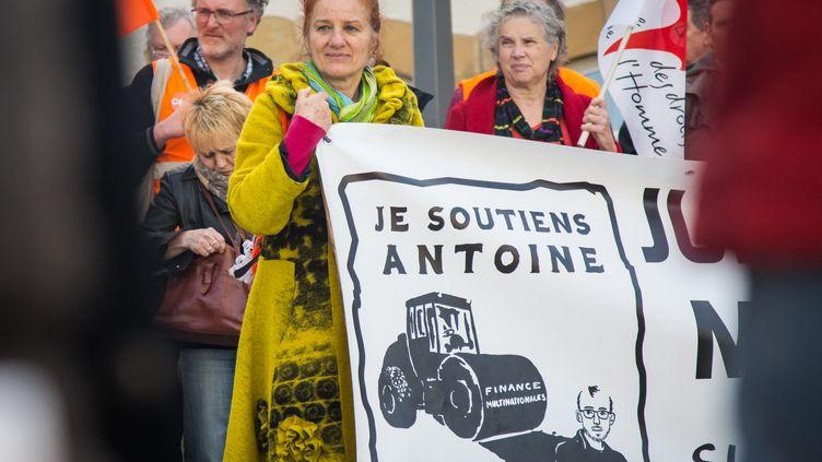 """Des soutiens du lanceur d'alerte Antoine Deltour se rassemblent devant la Cour d'Appel du Luxembourg, lors de son procès dans l'affaire """"LuxLeaks"""" (AURORE BELOT / AFP)"""