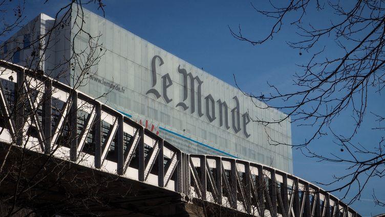 """Le logo du """"Monde"""" sur l'ancien siègedu journal, à Paris, le 18 février 2019. (RICCARDO MILANI / HANS LUCAS / AFP)"""