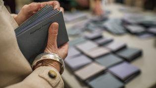 Des bénévoles comptent les bulletins de vote au soir du premier tour des élections municipales, le 23 mars 2014 à Lyon (Rhône). (JEFF PACHOUD / AFP)