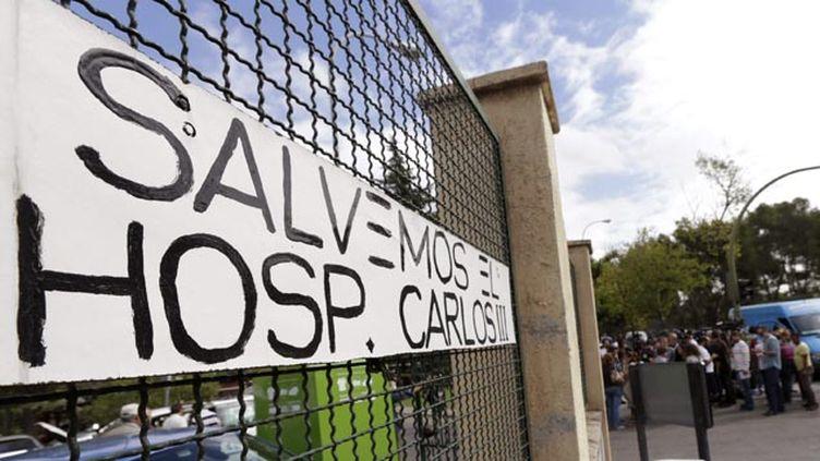 (Des personnels de l'hôpital La Paz-Carlos III s'inquiètent de la faiblesse des mesures contre Ebola © MaxPPP)