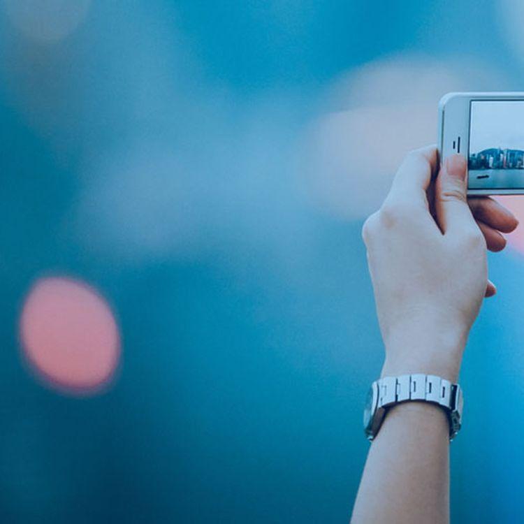 Il existe en France plus de 24 millions de photographes potentiels, équipés de smartphones. (YIU YU HOI / FLICKR / GETTY IMAGES)