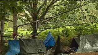 Pour les vacances, certains prennent parfois des mesures radicales : pas d'Internet ni d'électricité, bienvenue dans un camp de survie. (CAPTURE D'ÉCRAN FRANCE 3)
