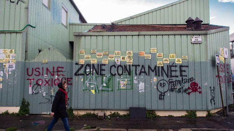 """L'usine SNEM à Montreuil (Seine-Saint-Denis), accusée par des riverains d'être """"toxique"""", le 12 novembre 2017. (MAXPPP)"""