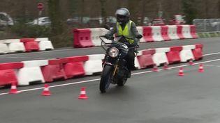 Le permis moto change. Depuis lundi 2 mars, les candidats doivent passer de nouvelles épreuves. Objectif: réduire le nombre de morts sur les routes. (FRANCE 3)