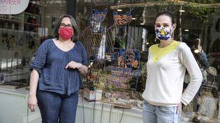 Des couturières d'un atelier cousent bénévolement des masques en tissu et les distribuent aux habitants du quartier, à Paris, le 21 avril 2020. (YANN CASTANIER / HANS LUCAS / AFP)
