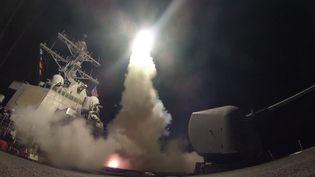 Un missile Tomahawk est tiré depuis le destroyer USS Porter de la marine américaine, en mer Méditerranée, le 7 avril 2017. (FORD WILLIAMS / US NAVY / AFP)