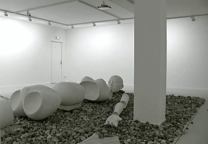 """La maison de la culture d'Amiens offre l'ensemble de ses espaces d'exposition à Tim Yip et son égérie """"Lili""""  (France 3 / Culturebox)"""