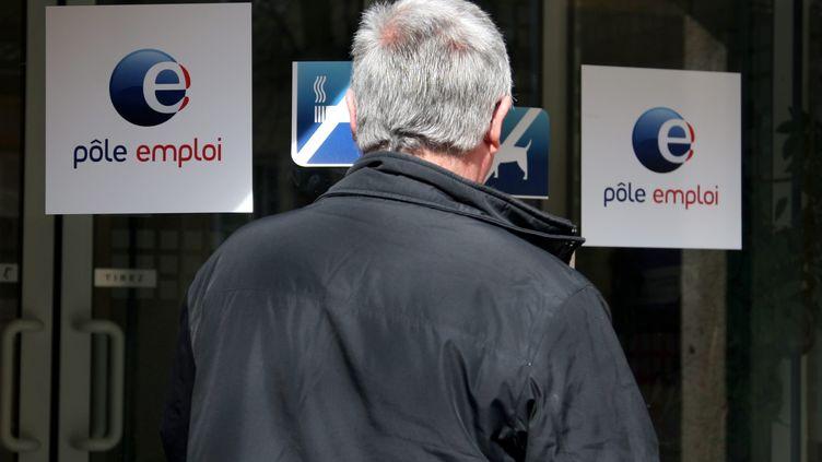 Un sénior devant un bureau Pôle emploi à Metz (Moselle). Photo d'illustration. (MAXPPP)