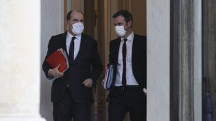 Le Premier ministre Jean Castex et le ministre de la Santé Olivier Véran à la sortie du Conseil des ministres (17 février 2021). (S?BASTIEN MUYLAERT / MAXPPP)