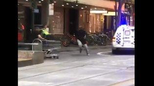 Capture d'écran d'une vidéo d'un homme intervenant avec un chariot lors de l'attaque de Melbourne (Australie), le 9 novembre 2018. (WINDIX)