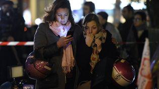 Des anonymes se sont recueillis sur les lieux des attentats, près du Bataclan. (FRANCK FIFE / AFP)