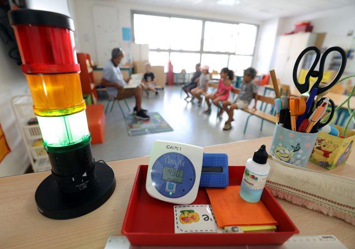 Installation de capteurs CO2 dans une classe de l'école Marcel Pagnol, à Cannes-la-Bocca. (JEAN FRAN?OIS OTTONELLO / MAXPPP)