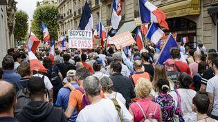 Des manifestants défilent contre le pass sanitaire à l'appel du parti de Florian Philippot Les Patriotes, à Paris, le 21 août 2021. (JACOPO LANDI / HANS LUCAS / AFP)