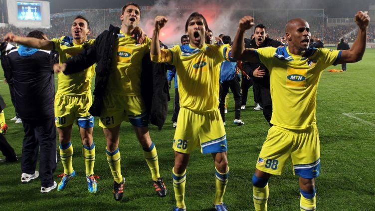 Les joueurs de l'Apöel célèbrent leur victoire sur l'Olympique Lyonnais, le 7 mars 2012 à Nicosie (Chypre). (JACK GUEZ / AFP)