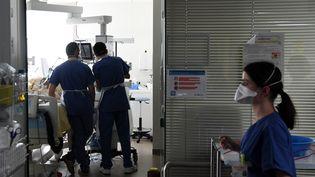 L'unité de réanimation de l'hôpital Ambroise Paré à Boulogne-Billancourt (Hauts-de-Seine), le 8 mars 2021. (ALAIN JOCARD / AFP)