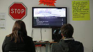 Des élèves d'une auto-école de Moëlan-sur-Mer, dans le Finistère, préparent l'exament du code de la route, le 26 février 2016. (MAXPPP)