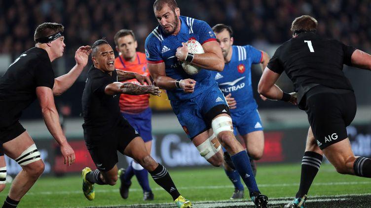 Yoann Maestri charge la défense néo-zélandaise avec Morgan Parra au soutien (MICHAEL BRADLEY / AFP)