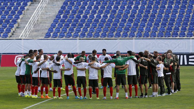 L'équipe du Portugal a observé une minute de silence, pour les réfugiés et migrants européens. (JOSE MANUEL RIBEIRO / AFP)