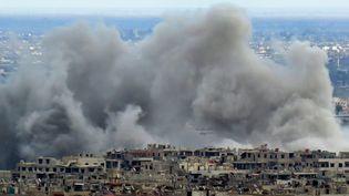 Des bombardements sur l'enclave rebelle de la Ghouta orientale, près de Damas, le 27 février 2018. (STRINGER / AFP)