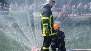 Les pompiers en action à Marquion, dans le nord de la France, le 6 juin 2015. (JOACHIM SAOULI / CITIZENSIDE.COM / AFP)