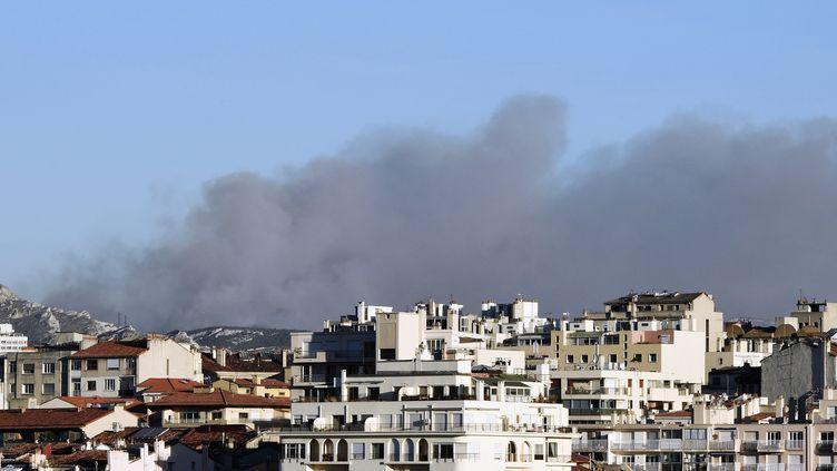 Le nuage de fumée au-dessus de la ville de Marseille, le 5 septembre 2016. (BORIS HORVAT / AFP)
