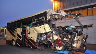 La carcasse de l'autocar accidenté à Sierre, dans le canton du Valais (Suisse), le 14 mars 2012. (SEBASTIEN FEVAL / AFP)