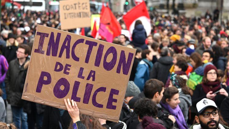 Une manifestante brandit une pancarte lors de la manifestation contre les violences sexistes et sexuelles à Paris, le 23 novembre 2019. (DOMINIQUE FAGET / AFP)