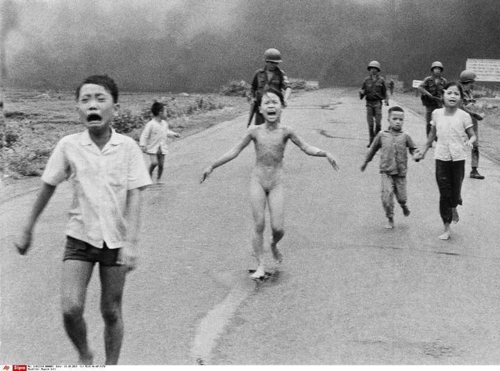 """""""Napalm Girl"""" (la petite film au napalm), photo symbolique de la Guerre du Vietnam prise par Nick Ut le 8 juin 1972. (NICK UT/AP/SIPA / AP)"""