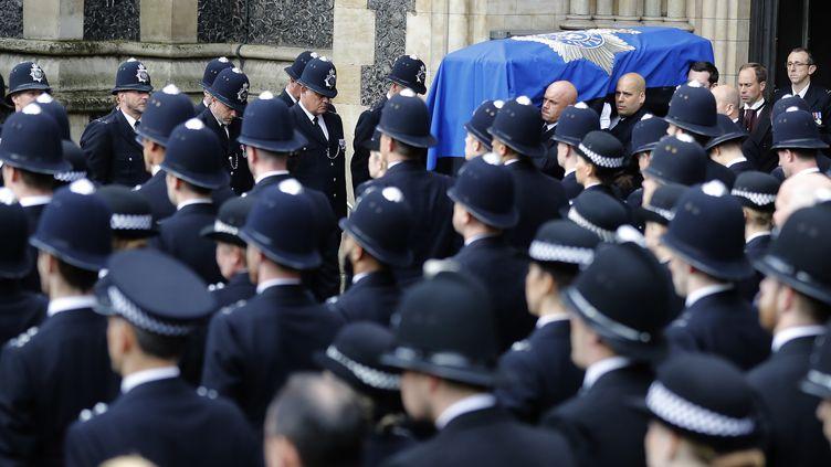 Des policiersassistent, le 10 avril 2017 à Londres, aux funérailles de leur collègueKeith Palmer, tué le 22 mars dans un attentat au palais de Westminster. (FRANK AUGSTEIN / POOL/ AFP)