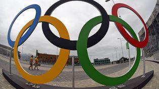 Les anneaux au parc olympique de Rio, le 3 août 2016. (JEWEL SAMAD / AFP)