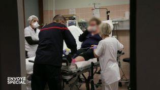 """""""C'est quand même inquiétant de voir aussi des patients jeunes atteints"""" : aux urgences, des trentenaires parmi les cas de Covid-19 (ENVOYÉ SPÉCIAL  / FRANCE 2)"""