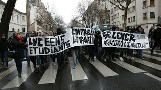 Des étudiants et des lycéens manifestent contre la loi Travail à Paris, le 9 mars 2016. (THOMAS SAMSON / AFP)
