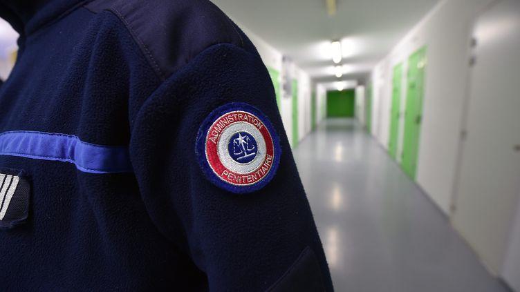 Un surveillant dans un couloir du centre pénitentiaire de Lille-Annœulin (Nord), le 22 février 2018. (MAXPPP)