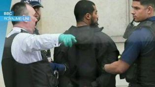 Un homme soupçonné de préparer une attaque terroriste a été appréhendé non loin du Parlement et de la résidence du Premier ministre, à Londres. Dans son sac à dos, plusieurs couteaux ont été retrouvés.  (FRANCE 3)