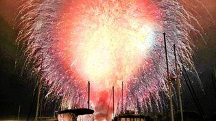 Le port de San Diego (Californie) est illuminé par le feu d'artifice du 4-juillet tiré en même temps en raison d'un problème technique, le 4 juillet 2012. (BEN BALLER / AP / SIPA)