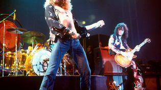 Robert Plant à gauche et Jimmy Page de Led Zeppelin, en concert en 1975. (REX FEATURES/SIPA)