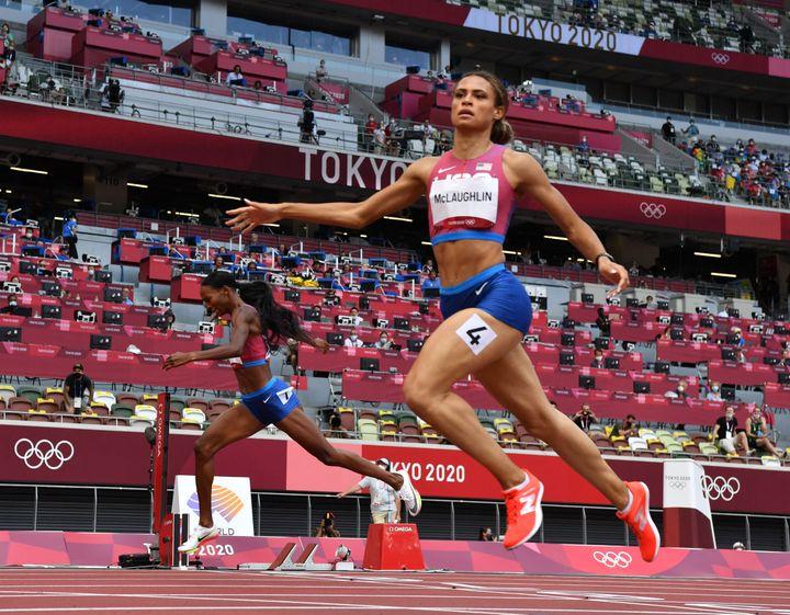 Sydney McLaughlin davanti a Muhammad Dalilah sul traguardo dei 400 m ostacoli il 4 agosto a Tokyo (HIROTO SEKIGUCHI / YOMIURI)