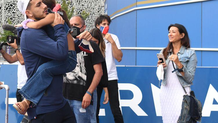 Le centre parisien Leandro Paredes accueilli par sa fille au parc des Princes à Paris lundi 23 août 2020 après une dizaine de jours d'absence pour cause de Ligue des champions. (ALAIN JOCARD / AFP)
