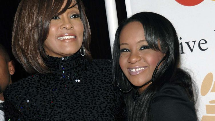 La chanteuse Whitney Houston (G) et sa filleBobbi Kristina Brown (D), en février 2011 à Beverly Hills (Californie). (DAN STEINBERG / AP / SIPA)