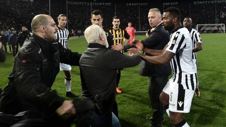 Le président du PAOK Salonique, Ivan Savvidis, arme à la ceinture (STRINGER / AFP)