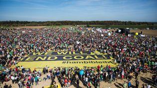 Des manifestants rassemblés à Hambach (Allemagne), le 6 octobre 2018, pour fêter le sauvetage provisoire d'une forêt menacée de déboisement par l'industrie du charbon. (CHRISTOPHE GATEAU / DPA / AFP)