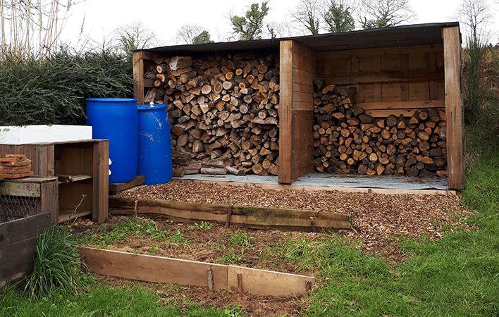 Dans le Morbihan, Thierry Brulavoine, porte-parole de La Maison commune de la décroissance, coupe lui-même son bois et récupère l'eau de pluie. (BENJAMIN MATHIEU / FRANCEINFO)