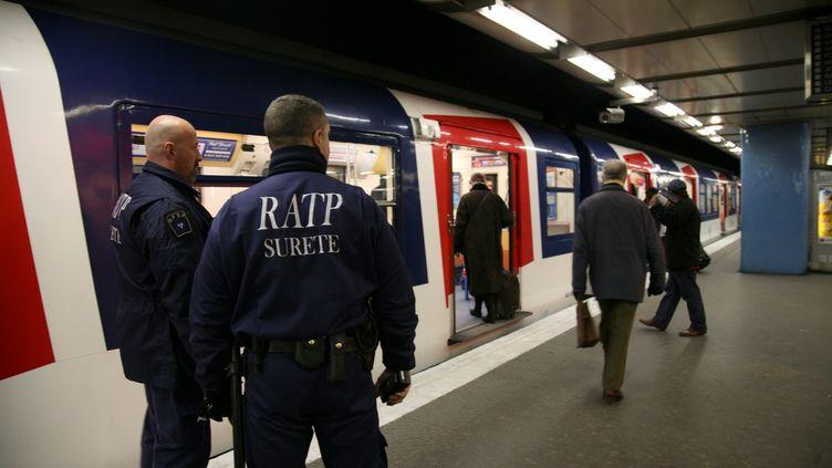 Des agents de sécurité de la RATP, le 28 janvier 2009 à la station de RER Châtelet-Les Halles, à Paris. (MAXPPP)